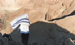 praying at masada