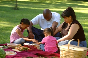 family-praying-picnic